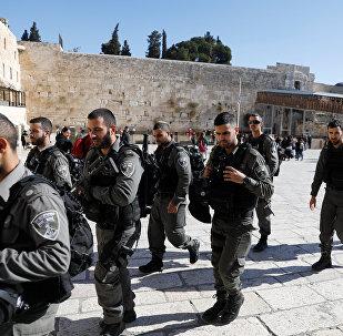 جنود إسرائيليون قبل صلاة الجمعة في المسجد الأقصى بمدينة القدس