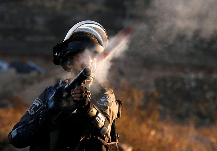 شرطي إسرائيلي يطلق النار على متظاهرين فلسطينيين