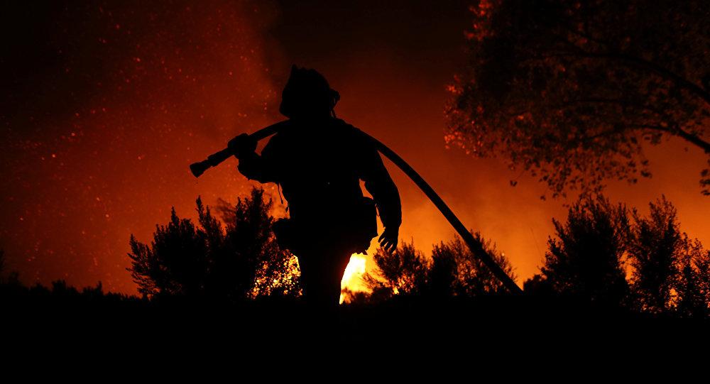 رجل إطفاء وسط حرائق كاليفورنيا