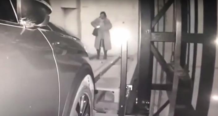 امرأة تعرض نفسها للموت بسبب الهاتف المحمول