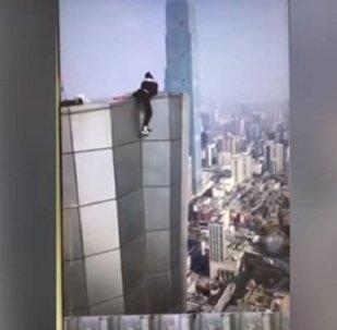 سقوط شاب من الطابق الـ62