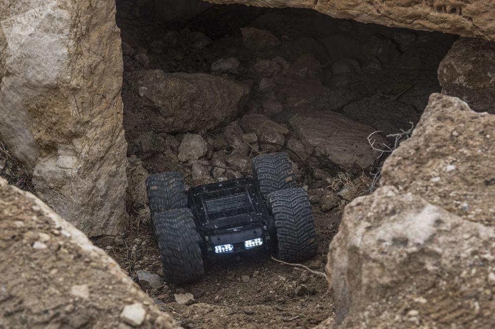 قاعدة متنقلة ذات عجلات، مزودة بجهاز إرسال وتصوير حراري، وكاميرات تسجيل وميكروفون، وهو جهاز استطلاع وفحص آلي معقد سكارابي