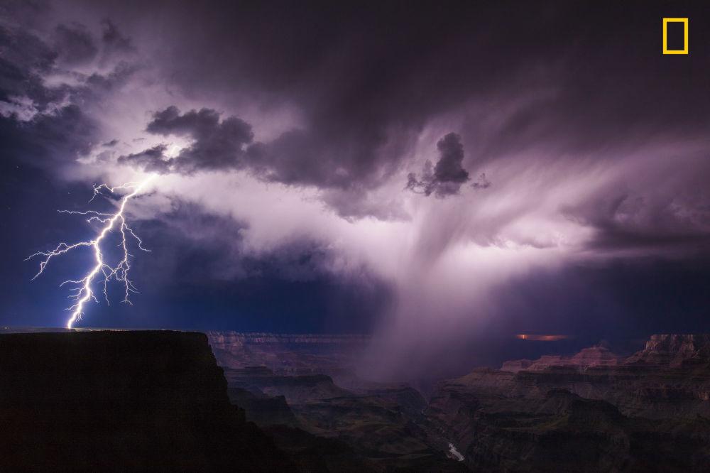 مسابقة ناشيونال جيوغرافيك للطبيعة لعام 2017 - المصور مايك أولبينسكي، صورة لعاصفة فوق غراند كانيون