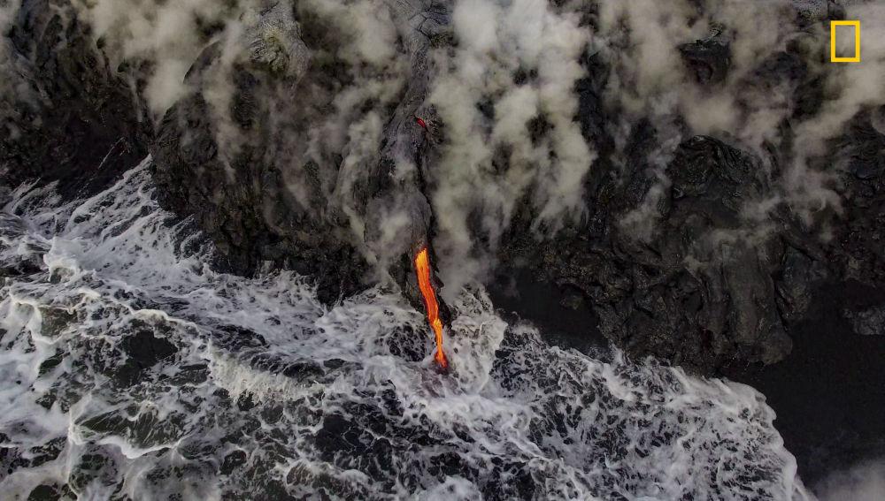 مسابقة ناشيونال جيوغرافيك للطبيعة لعام 2017 - المصور غريغ سي، صورة بعنوان تلاقي الأرض المنصهرة والمحيط (Molten Earth meets the ocean) في هاواي