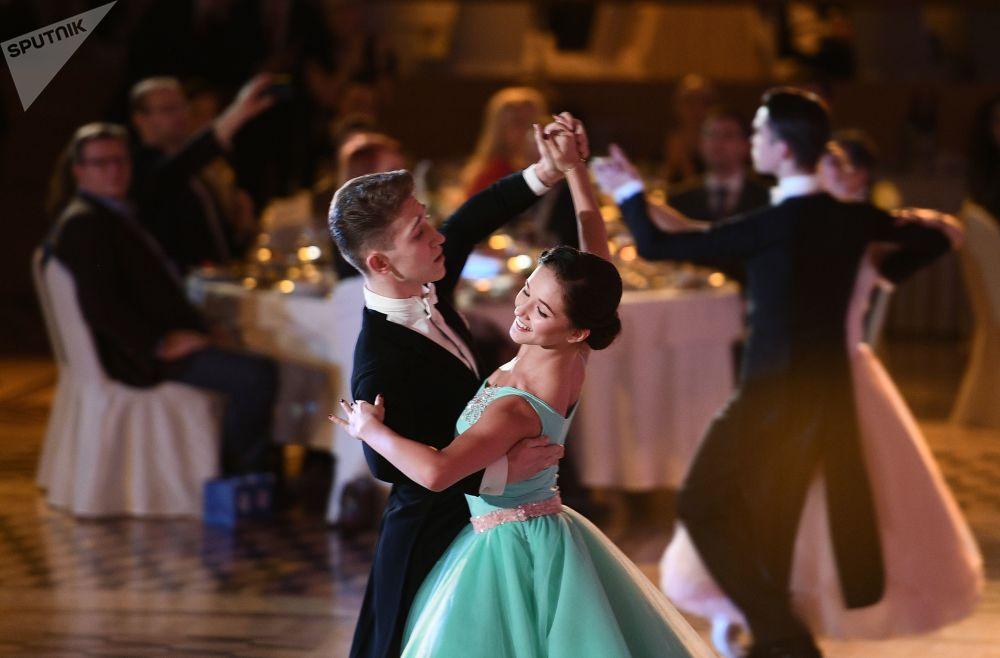 مشاركون في حفل الرقص بمناسبة الذكرى الـ 60 لرياضة الرقص في روسيا، في قاعة مالي في قصر الكرملين بموسكو