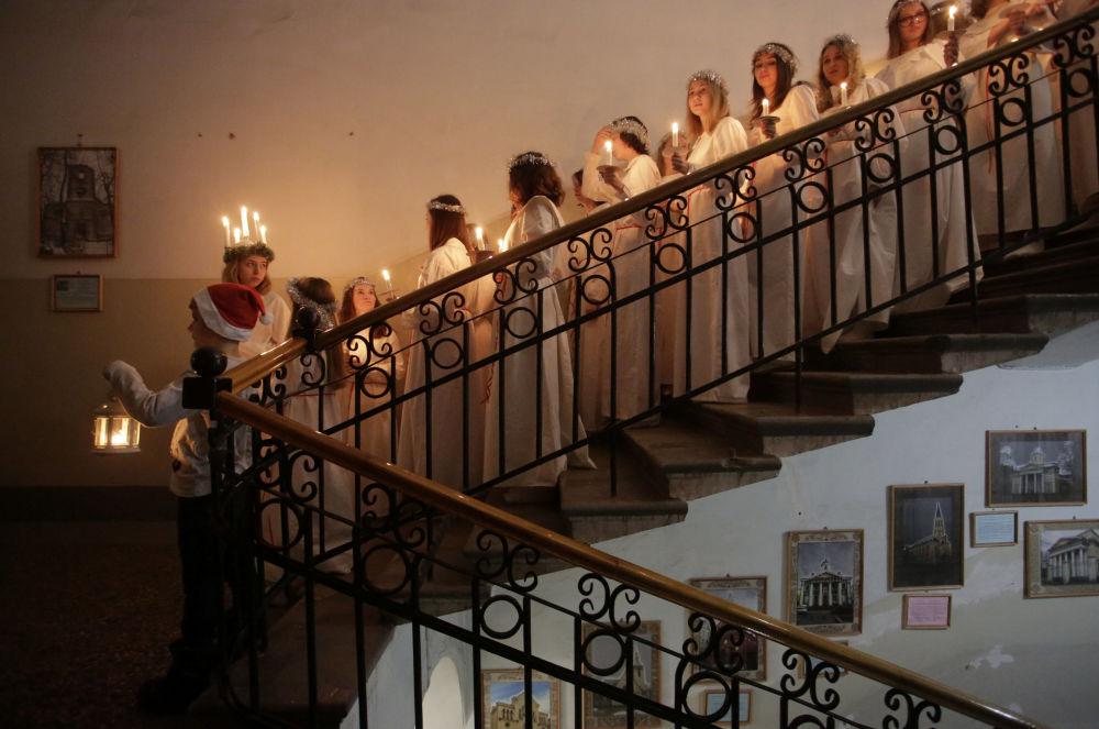مشاركون يافعون قبيل الخروج إلى المنصة لأداء عرض  الاحتفال بيوم القديسة سان لوسيا في الكنيسة الإنجيلية واللوثرية السويدية سان كاتارينا في سان بطرسبورغ، روسيا 13 ديسمبر/ كانون الأول 2017