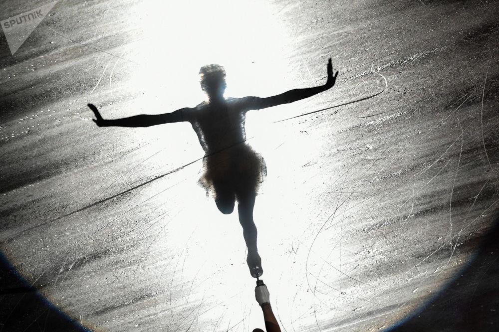 ماريا سوتسكوفا (روسيا) خلال أداء فني على الجليد في بطولة الجائزة الكبرى للتزلج على الجليد في ناغاو، اليابان