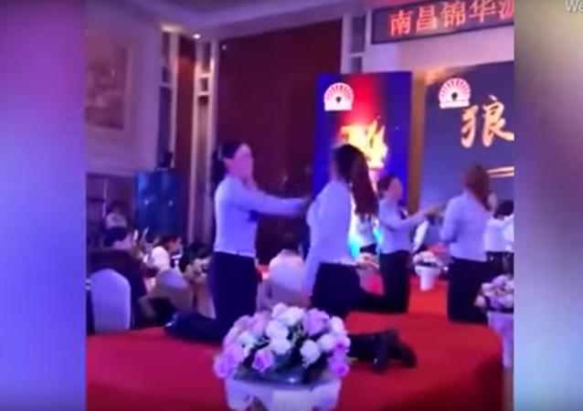الفتيات يضربن بعضهن في الصين