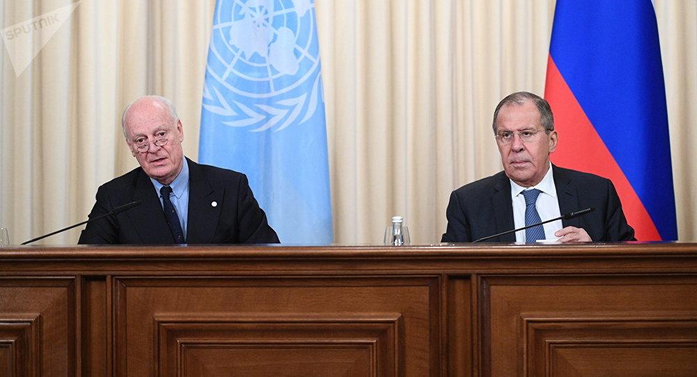 وزير الخارجية الروسي سيرغي لافروف خلال اللقاء مع المبعوث الأممي للأزمة السورية لدى الأمم المتحدة ستيفان دي ميستورا في موسكو، روسيا 22 ديسمبر/ كانون الأول 2017