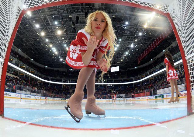 فتاة من فريق التشجيع في مباراة لبطولة أوروبا للهوكي  بين فريقي روسيا وكندا