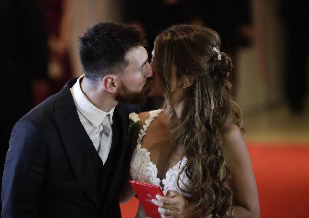 لاعب كرة القدم الأرجنتيني ليونيل ميسي وزوجته أنتونيللا روكوتسو