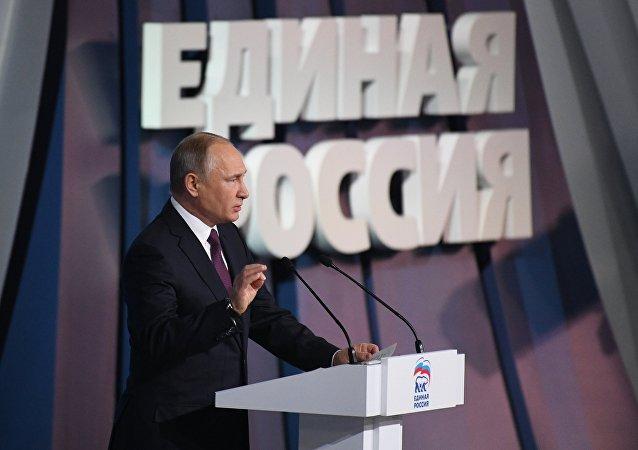 الرئيس فلاديمير بوتين ورئيس الوزراء الروسي دميتري مدفيديف خلال الجلسة الـ 17 لحزب روسيا الموحدة ، 23 ديسمبر/ كانون الأول 2017