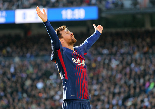 لاعب نادي برشلونة، ليونيل ميسي، يقف وسط الملعب