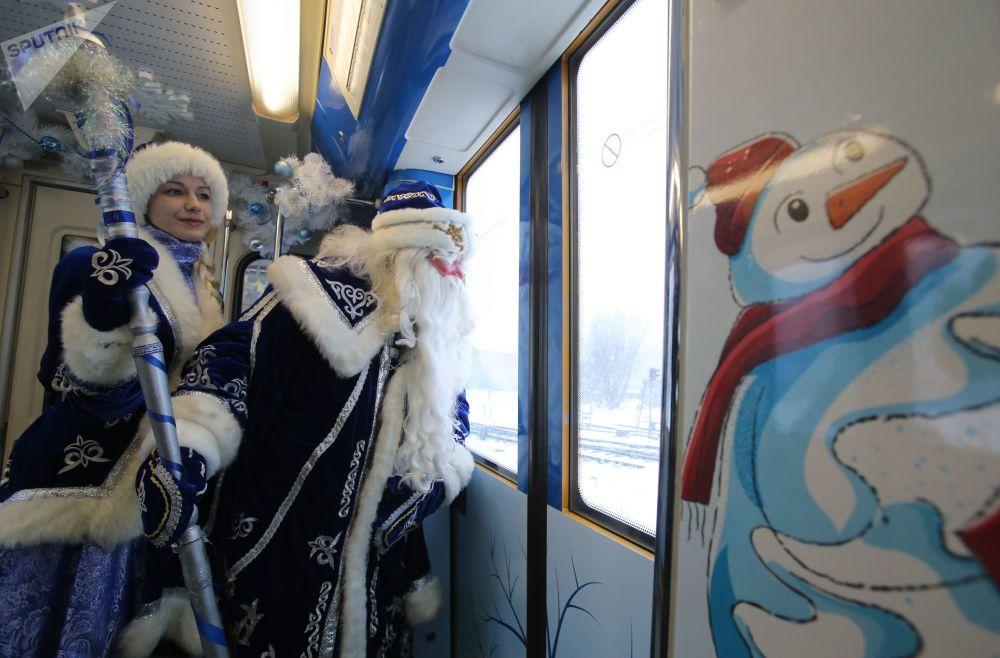عرض ديد موروز (بابا نويل) و سنيغوروتشكا في موسكو، روسيا