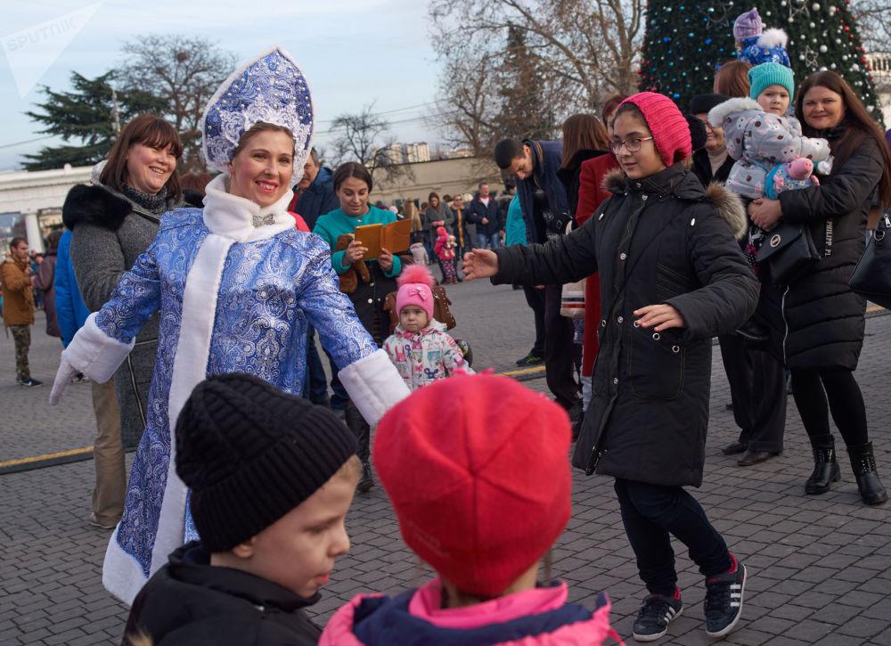 عرض ديد موروز (بابا نويل) و سنيغوروتشكا في سيفاستوبل، روسيا