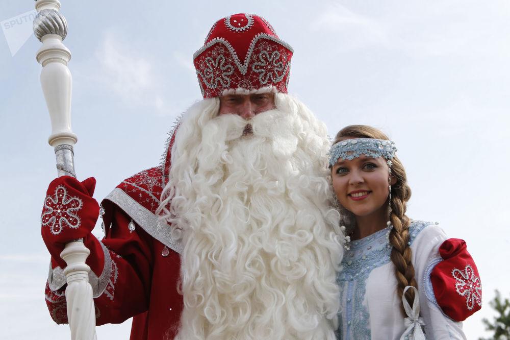 عرض ديد موروز (بابا نويل) و سنيغوروتشكا في ياروسلافل، روسيا