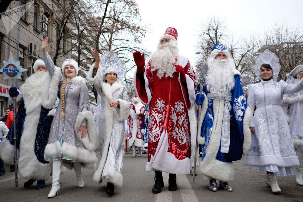عرض ديد موروز (بابا نويل) و سنيغوروتشكا في كراسنودار، روسيا