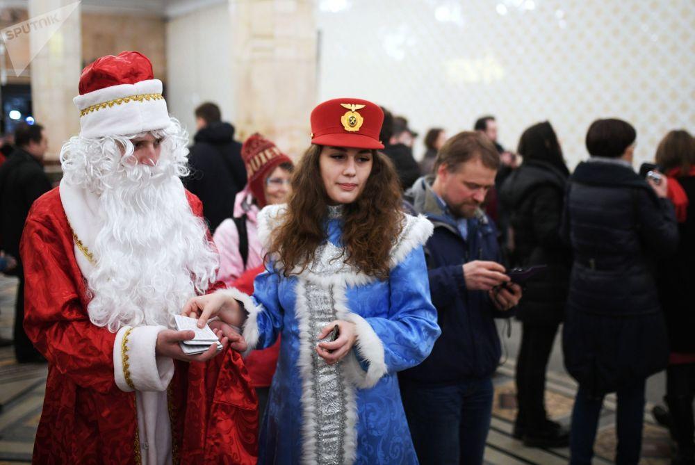 عرض ديد موروز (بابا نويل) و سنيغوروتشكا في سوتشي، روسيا