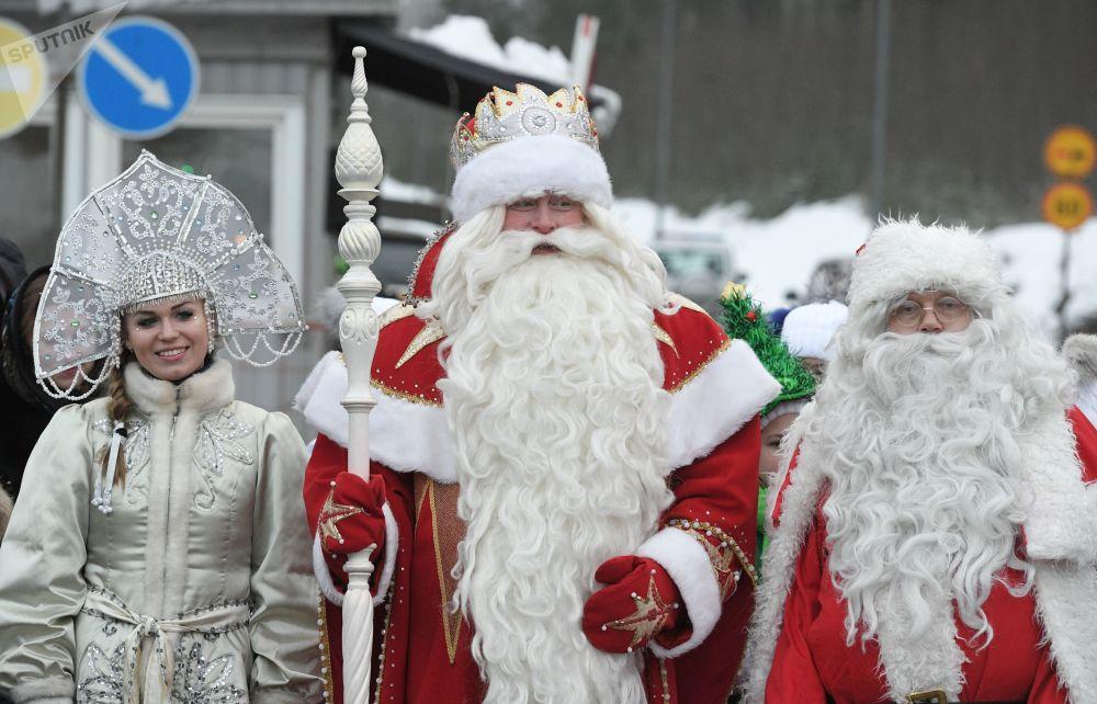 عرض ديد موروز (بابا نويل) و سنيغوروتشكا في لينينغرادسكايا أوبلست، روسيا