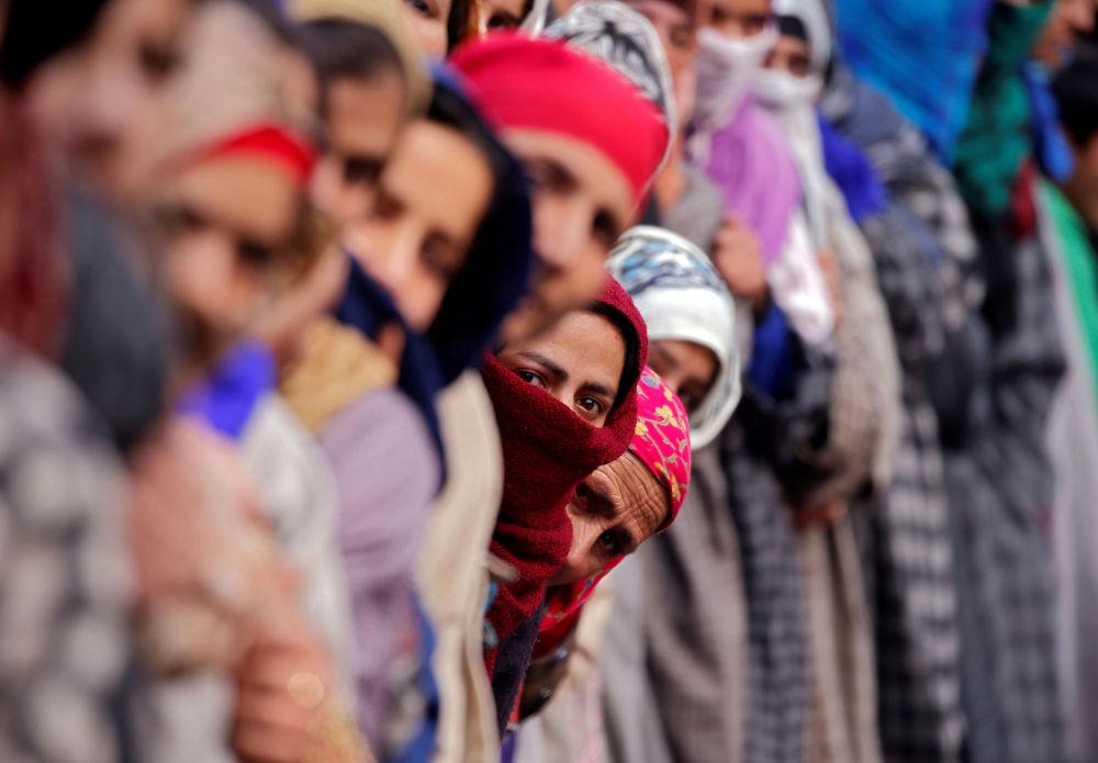 تجمع النساء في جنازة لرؤية جثة نور محمد تانتراى، المسلح المشتبه، الذي وفقا لما ذكرته وسائل الاعلام المحلية قُتل خلال الشتباكات مع قوات الأمن الهندية فى بلدة ترال جنوبى كشمير فى 26 ديسمبر/ كانون الأول 2017