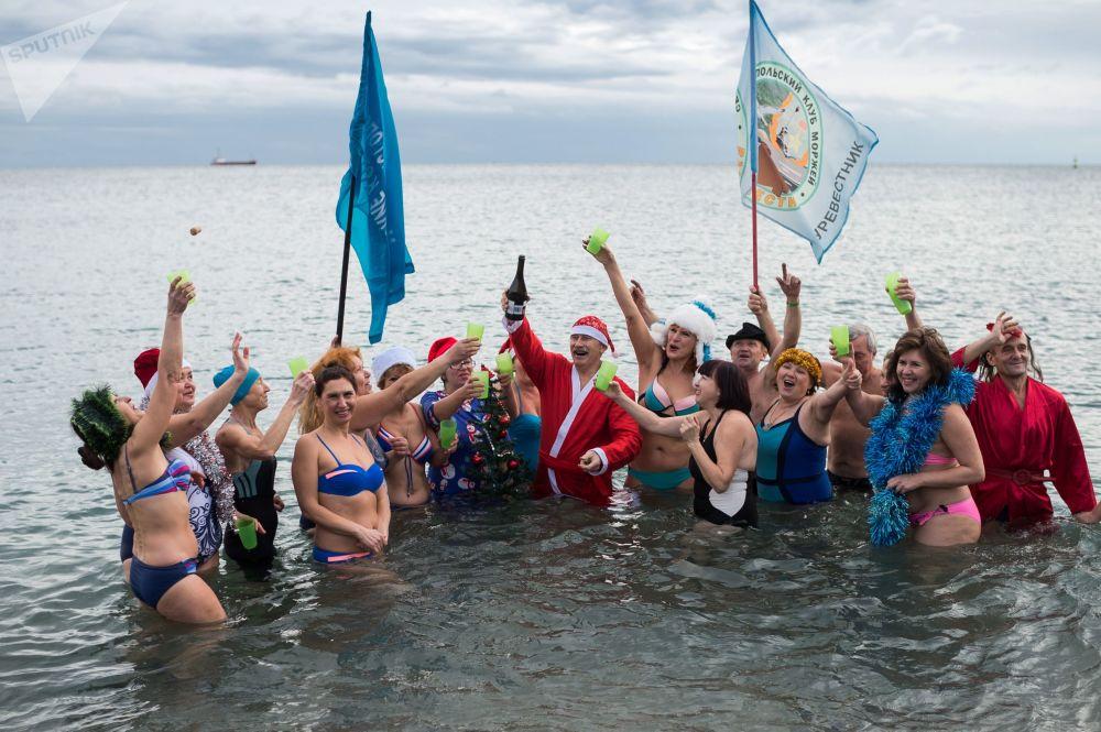أعضاء نادي مورجي للسباحة من سيفاستوبل خلال مسيرة بابا نويل في يالطا