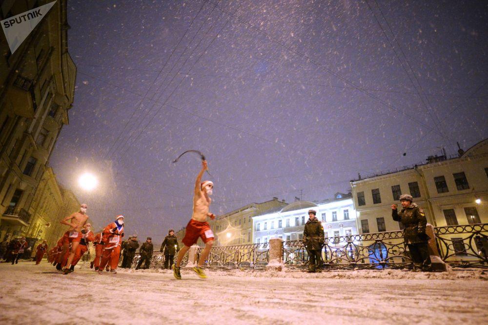 المشاركون في فعالية مسيرة بابا نويل في سان بطرسبورغ