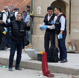 قوات أمن من أمام من كنيسة مارمينا العجايبي في حلوان في مصر