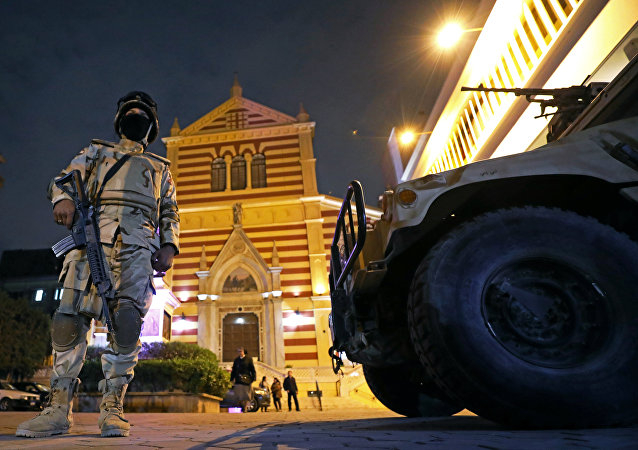 جنود الجيش يقفون حراسا خلال ليلة رأس السنة الجديدة في كنيسة القديس يوسف الرومانية الكاثوليكية في القاهرة