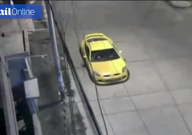 ظهور شبح وقفزه على سيارة بداخلها مجموعة شباب