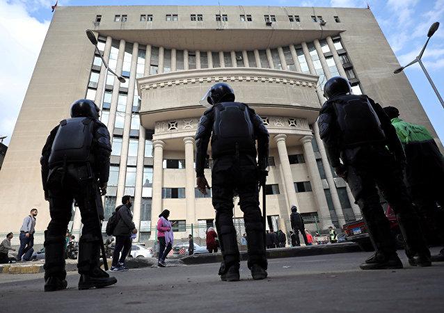 قوات الأمن المصرية تقف حراسة خارج المحكمة خلال محاكمة محامي حقوق الإنسان والمرشح الرئاسي السابق خالد علي في القاهرة