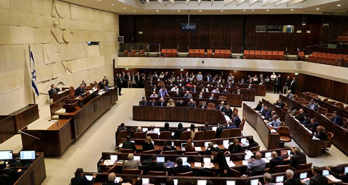 المشرعون الإسرائيليون يحضرون تصويتا على مشروع قانون في الكنيست