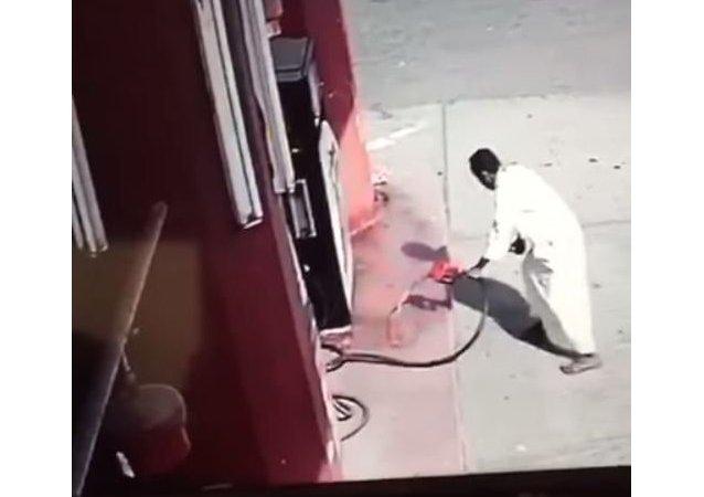 رجل يشعل النار بمحطة وقود