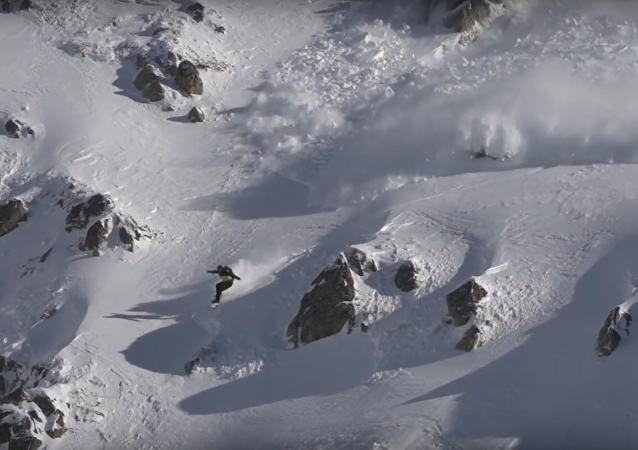 متزلج يتسابق مع انهيار جليدي