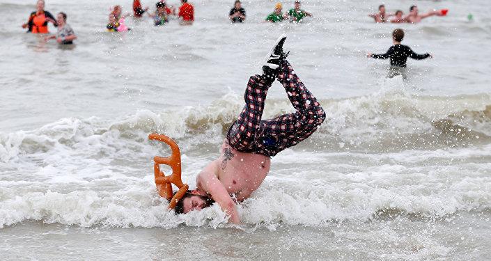 آلاف البلجيكيين يتحدون البرد القارس ويسبحون في بحر الشمال