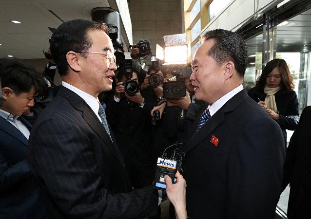 رئيس وفد كوريا الشمالية في لقاء مع زميله من كوريا الجنوبية