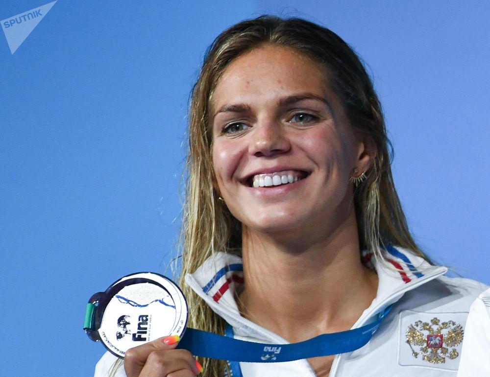 الرياضية الروسية يوليا إفيموفا، التي فازت بالميدالية الفضية في مسابقات السباحة لمسافة 50 متر بين النساء في بطولة العالم الـ 17 للرياضات المائية في بودابست، المجر