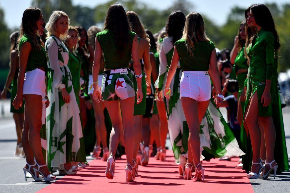 فتيات فرقة التجشيع في بطولة فورمولا-1 في إيطاليا