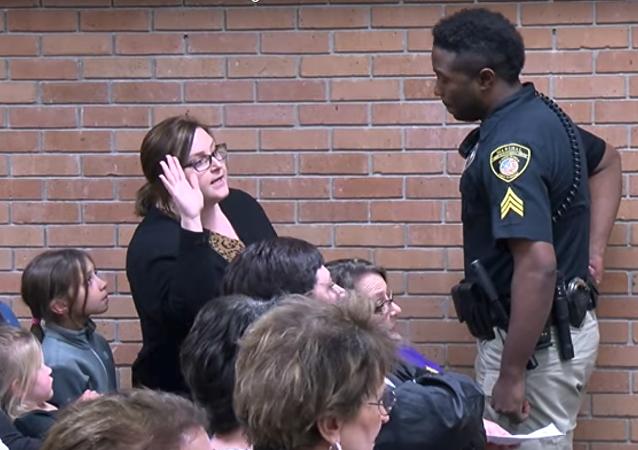 اعتقال مدرسة في أمريكا بعد شكوتها من الراتب