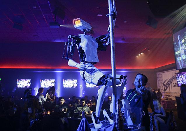 روبوت يرقص على عامود تعري على هامش معرض CES للتكنولوجيا في مدينة لاس فيغاس الأمريكية في يناير/كانون الثاني 2018