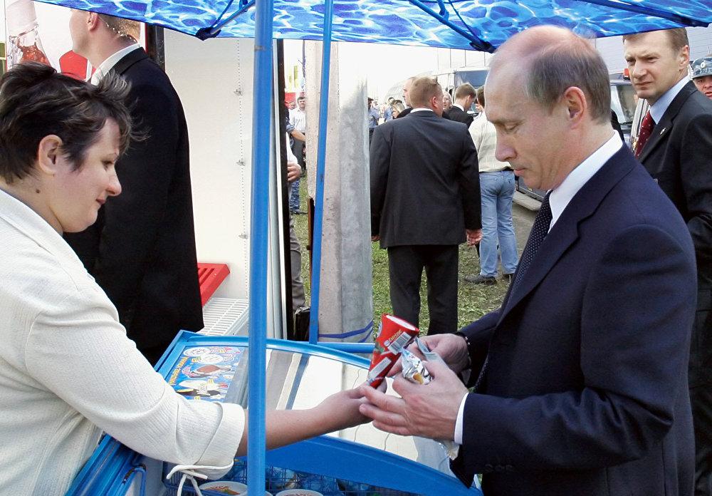بوتين يتناول البوظة
