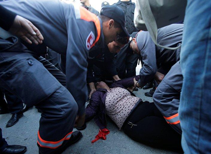 متظاهرة تونسية سقطت على الأرض، 14 يناير/ كانون الثاني