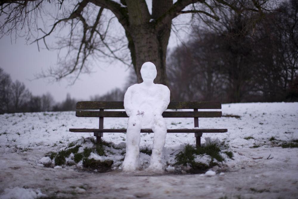 رجل ثلج جالس على مقعد في إحدى الحدائق في لندن