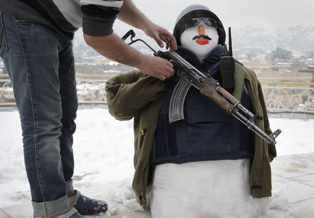 رجل ثلج مسلح في أفغانستان
