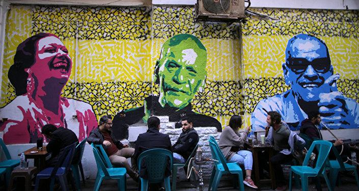 جدارية تضم صور أم كلثوم ونجيب محفوظ وأحمد فؤاد نجم بمقهى في القاهرة
