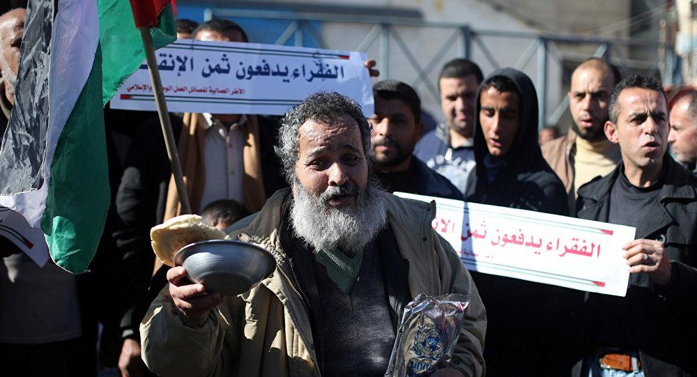 فلسطينيون يشاركون في احتجاجات تدعو إلى تحسين الظروف المعيشية للناس خارج مكتب الأونروا في رفح جنوب قطاع غزة