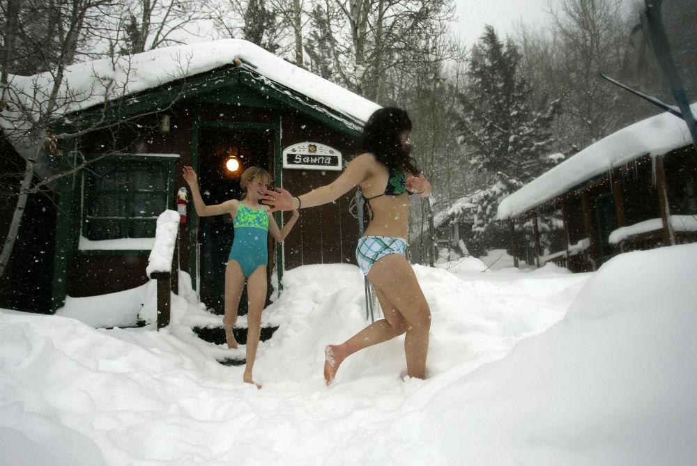 فتيات تخرجن من حمام ساخن إلى الثلج في منتجع سييرا نيفادا في كاليفورنيا، الولايات المتحدة الأمريكية