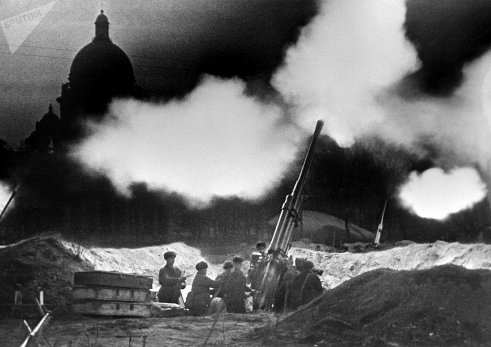 بطاريا المدافع المضادة للطائرات بالقرب من كاتدرائية القديس إسحاق، تعكس الغارة الليلية على الطيران الألماني