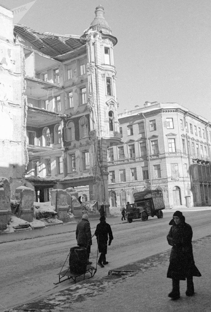 ركام المنازل بعد الصقف في شارع بيساتيليا، لينينغراد