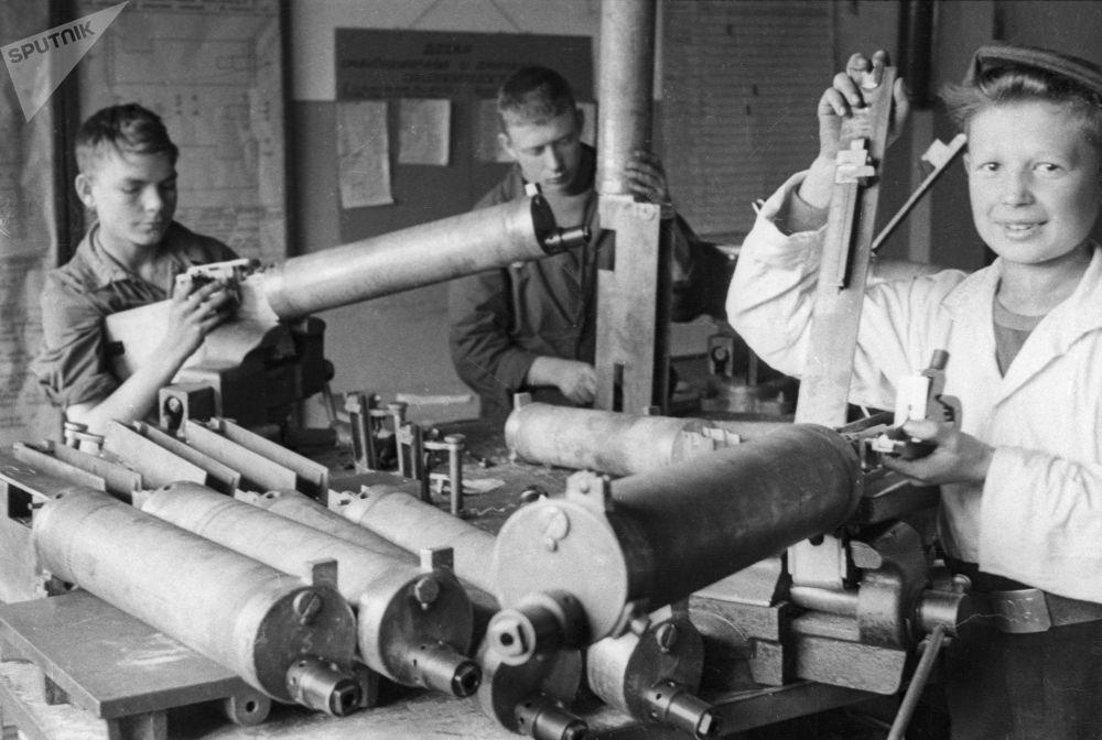 تلاميذ المدارس يجمعون الرشاشات في مصنع لينوتيب قبل توجهها إلى البجهات القتالية ضد ألمانيا النازية