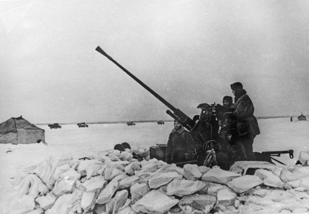 دوروغا جيزني (طريق الحياة) - الطريق الوحيد الذي يمر عبر بحيرة لادوجسكوي، والذي كان يصل مدينة لينينغراد المحاصرة بباقي أجزاء البلاد في فيترة 12 سبتمبر/ أيلول 1941 إلى مارس/ آذار 1943، خلال الحرب الوطنية العظمى (1941-1945)
